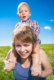 Enfant et sa mère Photographie stock