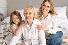 Enfant et sa mère ayant des mains sur des épaules de grands-mères Image stock