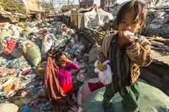 Enfant et ses parents pendant le déjeuner dans la coupure entre travailler à la décharge Images libres de droits