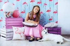 Enfant et son chien dans la chambre Le concept de l'amitié et du lif Photos libres de droits