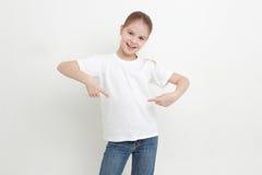 Enfant et T-shirt blanc photos libres de droits