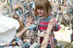 Enfant et Trickster dans le labyrinthe collant Photo stock