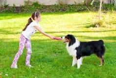 Enfant et un chien Image libre de droits
