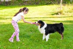 Enfant et un chien Photo stock