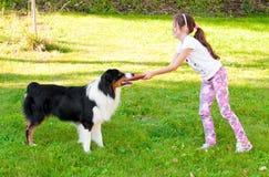 Enfant et un chien Photographie stock libre de droits