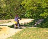 Enfant et vélo. Images stock