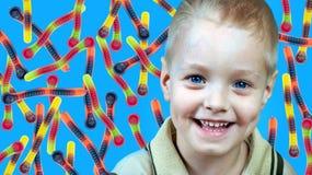 Enfant et vers gommeux Modèle abstrait des vers gommeux colorés Concept de nourriture image libre de droits