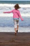 Enfant exécutant à l'océan Photographie stock libre de droits