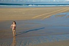 Enfant exécutant sur la plage Photographie stock