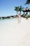 Enfant exécutant sur la plage Photos libres de droits