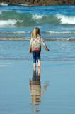 Enfant exécutant vers la mer Photos stock