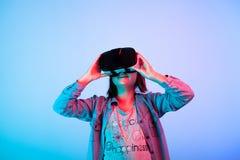 Enfant expérimentant avec le casque de réalité virtuelle photo libre de droits