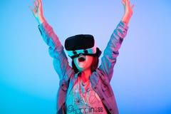 Enfant expérimentant avec le casque de réalité virtuelle photographie stock libre de droits