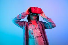 Enfant expérimentant avec le casque de réalité virtuelle photo stock