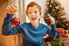 Enfant extrêmement heureux obtenant excité au-dessus de Noël photos libres de droits