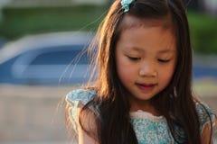 Enfant féminin asiatique dans la robe bleue Image libre de droits
