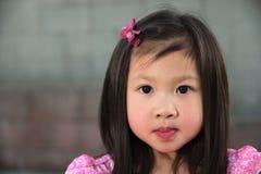 Enfant féminin asiatique dans la robe rose Photo stock