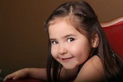 Enfant féminin assez jeune avec de beaux yeux images libres de droits