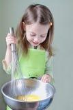 Enfant faisant cuire le déjeuner Images stock