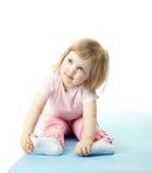 Enfant faisant des exercices de sport photo stock