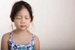Enfant faisant la méditation/enfant faisant le fond de méditation Photographie stock