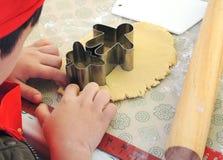 Enfant faisant le biscuit Photo libre de droits