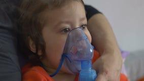 Enfant faisant le nébuliseur Teraphy banque de vidéos