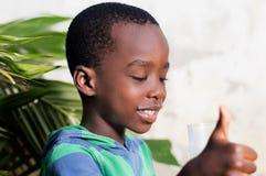 Enfant faisant un signe de l'appréciation Photo stock