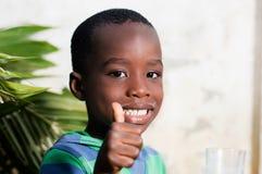Enfant faisant un signe de l'appréciation Images stock