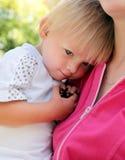 Enfant fatigué avec la mère Photos stock