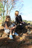 Enfant - fille mettant sur des chaussettes et des chaussures Images stock