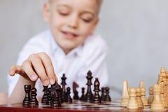 Enfant focalisé curieux faisant le sien se déplacer Image libre de droits
