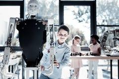 Enfant futé dans la pose occasionnelle avec la machine robotique Photos libres de droits