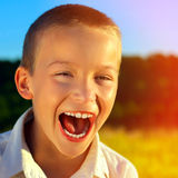 Enfant gai extérieur photographie stock libre de droits