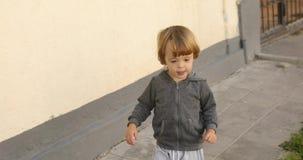 Enfant gai marchant sur la rue clips vidéos