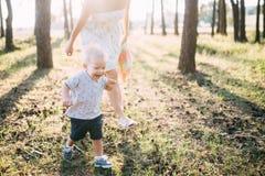 Enfant gai mignon avec le jeu de mère dehors en parc photographie stock libre de droits