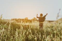 Enfant gai se réjouissant le beau matin sur la nature image stock