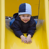 Enfant au terrain de jeu. Photographie stock libre de droits