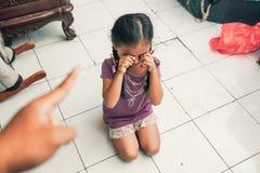 Enfant grondé tout en pleurant Images libres de droits