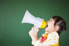 Enfant heureux à l'aide d'un mégaphone Images libres de droits