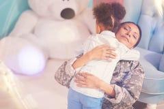 Enfant heureux étreignant sa mère étroitement Image libre de droits
