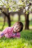Enfant heureux adorable dehors la journée de printemps Image stock