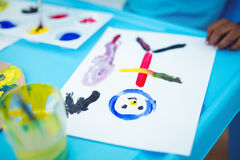 Enfant heureux appréciant des arts et la peinture de métiers Images libres de droits