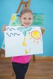 Enfant heureux appréciant des arts et la peinture de métiers Photo libre de droits