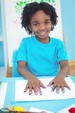 Enfant heureux appréciant des arts et la peinture de métiers Images stock