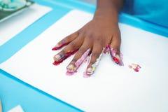 Enfant heureux appréciant la peinture avec ses mains Images stock