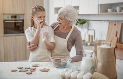 Enfant heureux apprenant à faire la pâtisserie cuire au four avec sa grand-mère Photo libre de droits