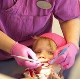 Enfant heureux au dentiste Image libre de droits