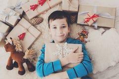 Enfant heureux avec des boîtes de cadeau de Noël et des cadeaux, vue supérieure Photos stock