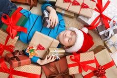Enfant heureux avec des boîtes de cadeau de Noël et des cadeaux, vue supérieure Photographie stock libre de droits